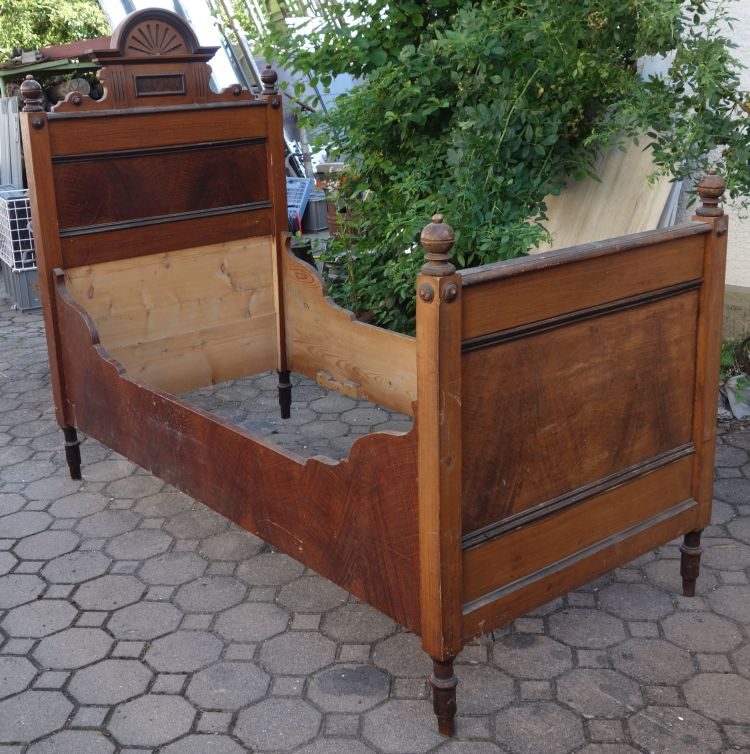 antikes bett gr nderzeit weichholz mit schrankkrone nr 1. Black Bedroom Furniture Sets. Home Design Ideas